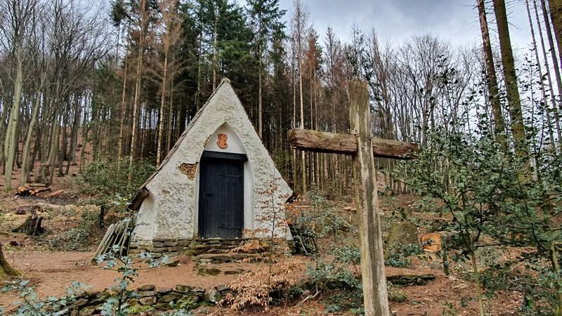 Unter anderem Gustav von Bodelschwingh fand auf diesem kleinen Privatfriedhof am Hang des Wiehengebirges seine letzte Ruhestätte.