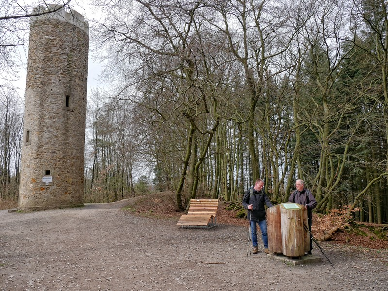 Lehrreiches am Fuße des Turms auf dem Nonnenstein. Wir erfahren mehr über das Bismarckdenkmal, den Turm und zu zwei Sagen, die sich um den Berg ranken.