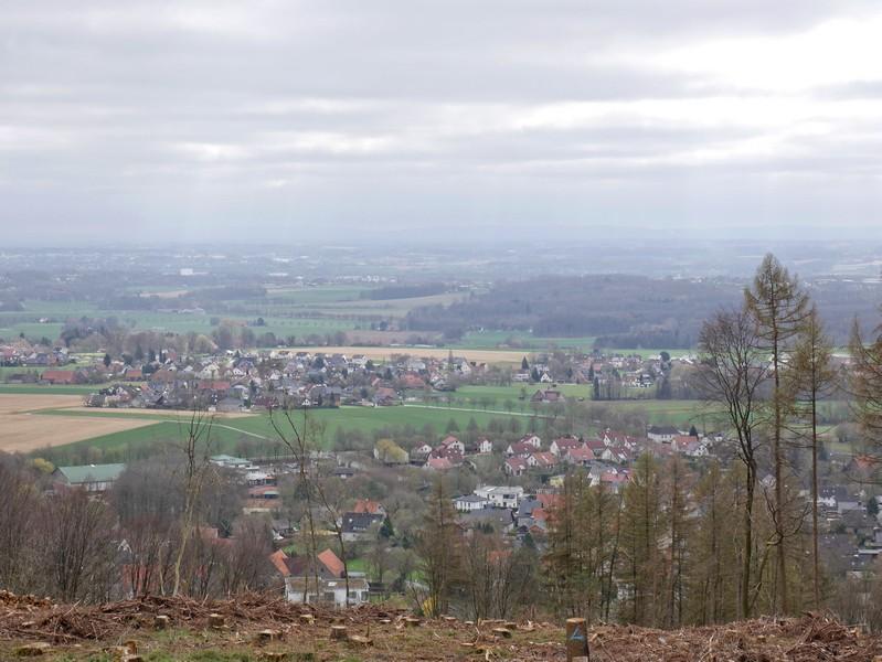 Direkt vom Wegesrand haben wir einen tollen Blick auf das vor uns liegende Rödinghausen.