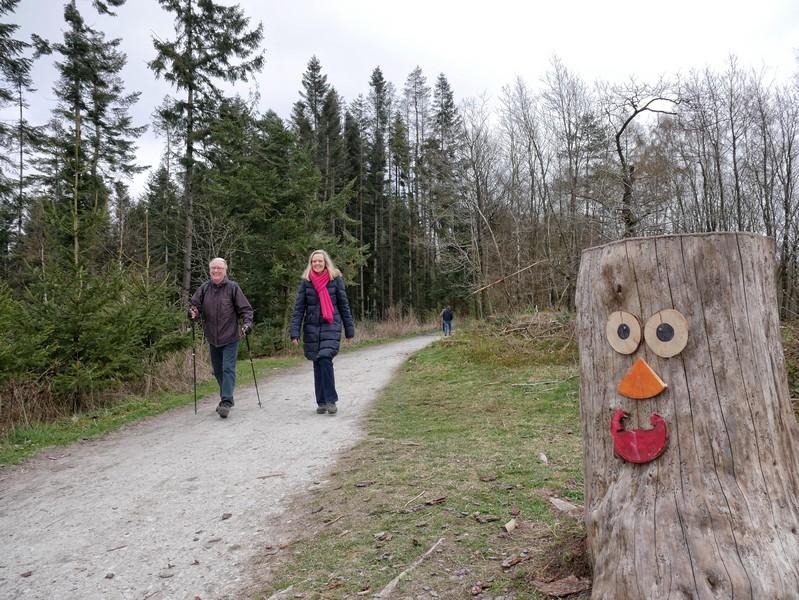 Weitere freundliche Baumgestalten säumen unseren Weg. Sie gehörten zu einem Märchenspaziergang im April 2021, bleiben aber hoffentlich dauerhaft erhalten.
