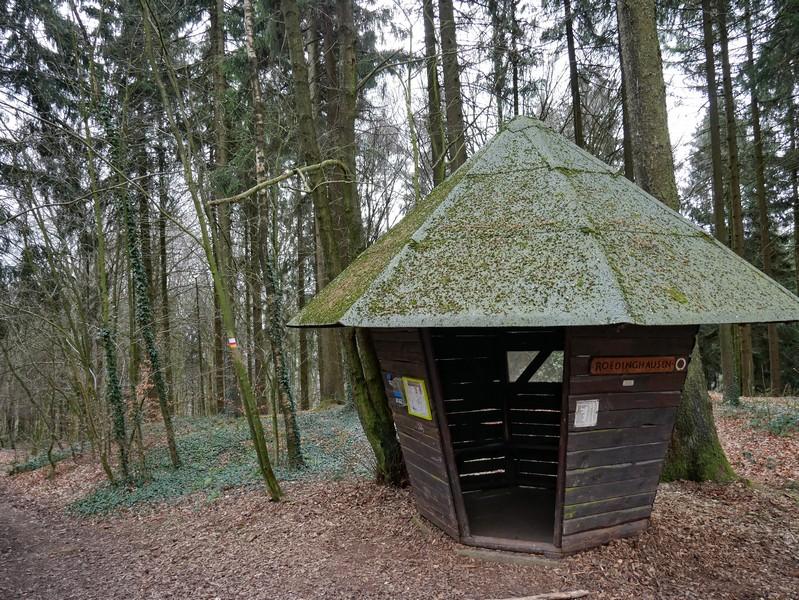 Links neben der Schutzhütte in Pilzform führt unser Weg nach links den Hang hinab.