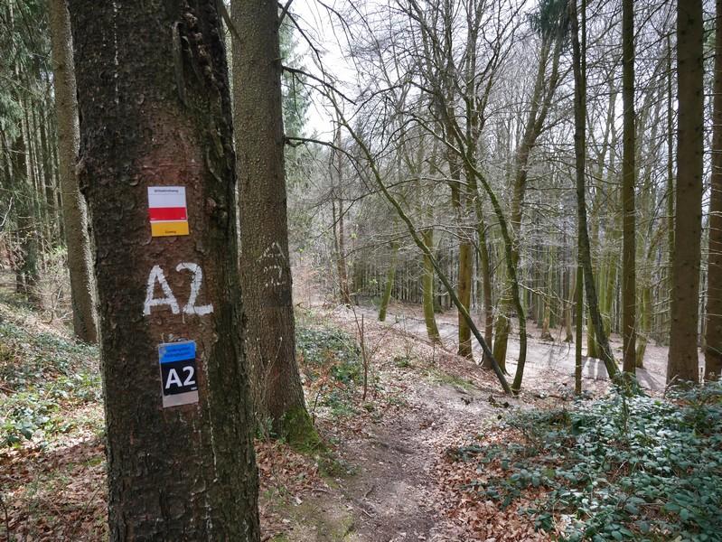 Rechts steil führt der A2 hier hinab.