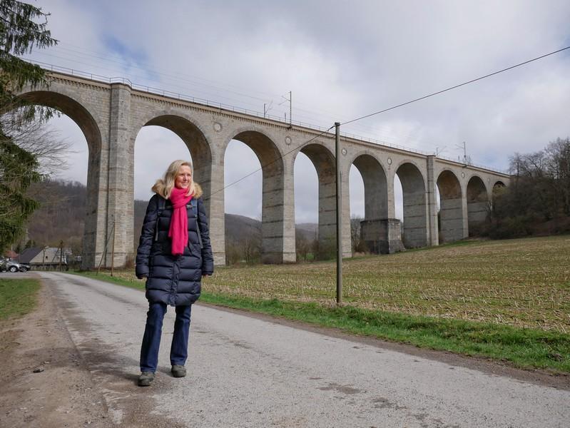 Das Kleine Viadukt führt auf 230 Metern über das Dunetal. Hier starten wir unsere Wanderung auf dem Südkurs des Paderborner Höhenwegs.
