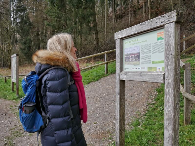 Infotafel wie diese gibt es entlang des Paderborner Höhenwegs an allen wichtigen Sehenswürdigkeiten.