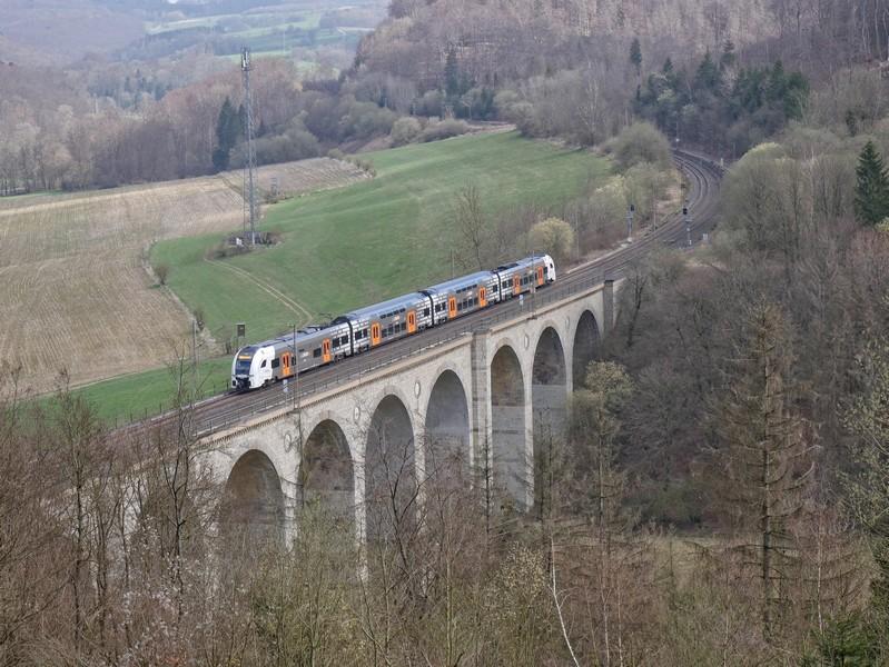 Von dort oben haben wir einen fantastischen Blick auf das Viadukt - und auf einen Zug müssen wir auch nicht lange warten!