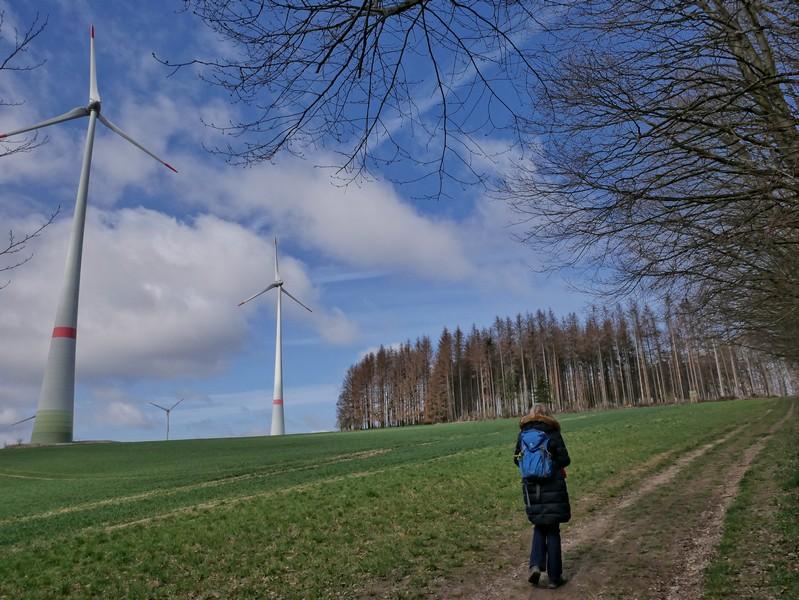 Nun geht es durch einen echten Windpark - in jeder Hinsicht eine zutreffende Umschreibung.