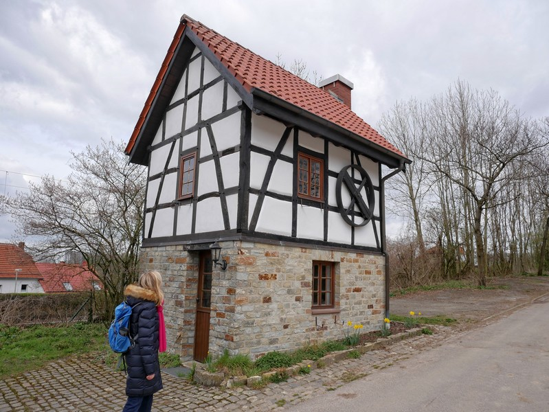 Auf der gegenüberliegenden Straßenseite dagegen steht das schmucke Backhaus.