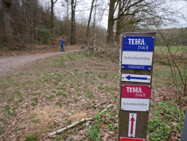 Während der eigentliche TERRA.track Schmittenhöhe geradeaus verläuft, folgen wir zunächst der blau markierten Variante.