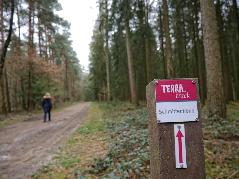 Ab jetzt folgen wir der rotweißen Ausschilderung und dem TERRA.track Schmittenhöhe.