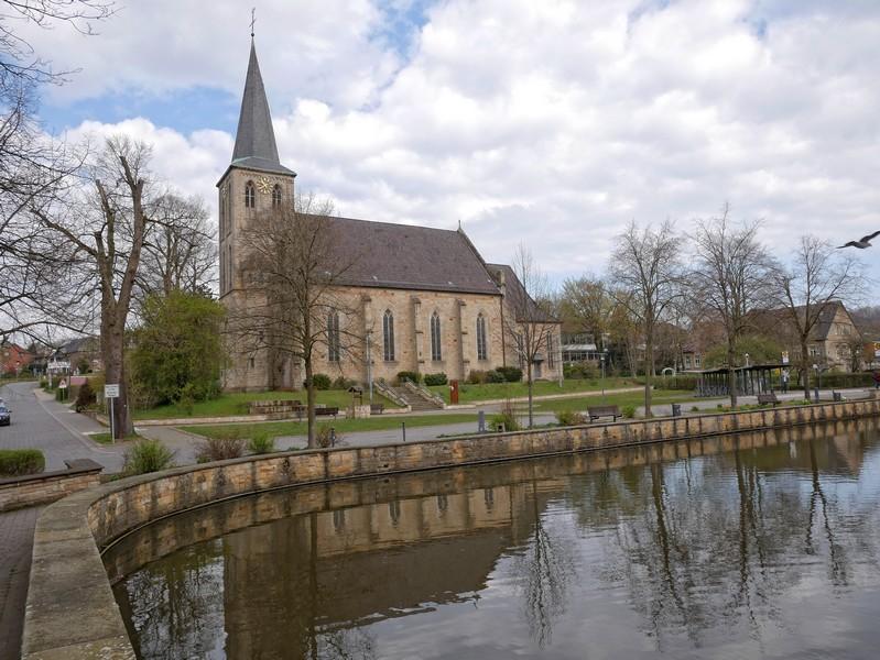 Der Mühlenteich und die schöne Kirchen St. Peter und Paul nehmen uns im Herzen Brochterbecks in Empfang.