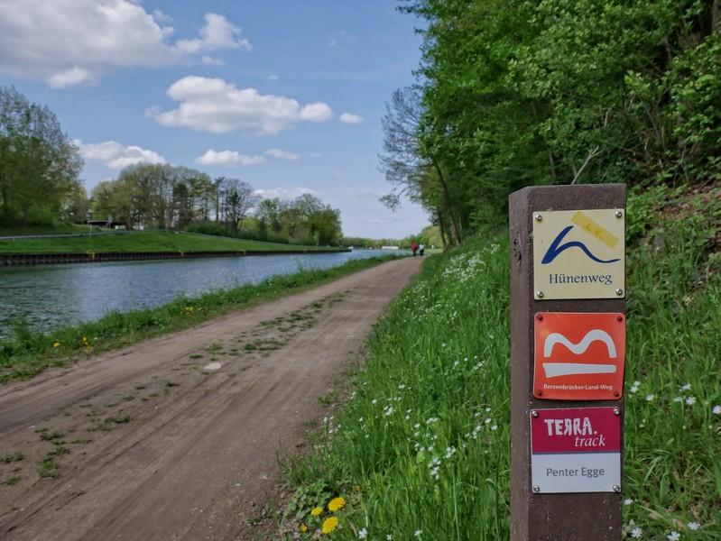 Die rotweiße Markierung ist auf dem TERRA.track Penter Egge vorbildlich und geleitet uns sicher. Mehrfach begegnen wir auch dem Bersenbrücker Land Weg sowie dem Hünenweg.