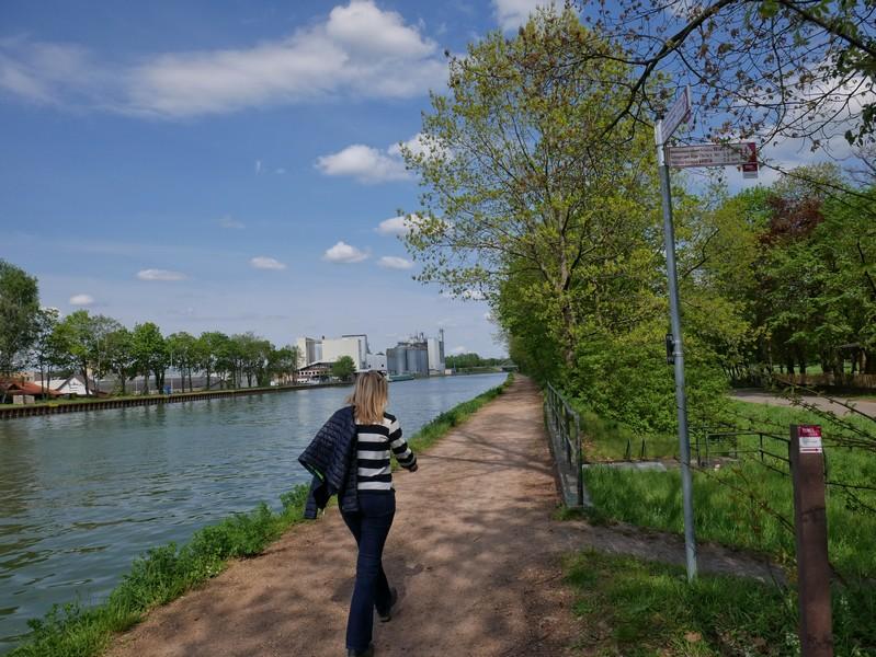 Der Bramscher Hafen gerät in unseren Blick, der TERRA.track Penter Egge biegt nach rechts ab.