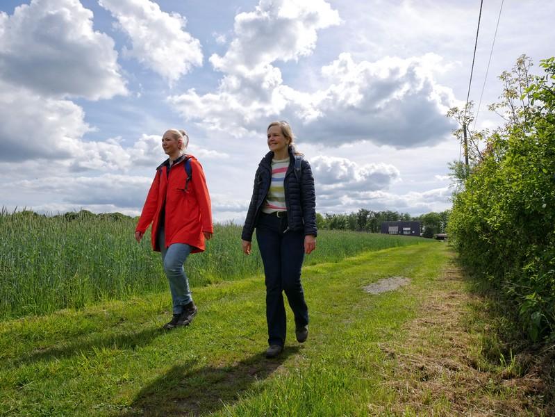 Über Straßen, Schotter- und Wiesenwege nähern wir uns danach dem Dortmund-Ems-Kanal.