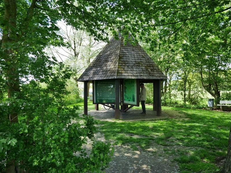 In einem Info-Pavillon gibt es jede Menge Wissenswertes rund um die Bifurkation und die beiden Flüsse. Auch eine alte Sage gehört dazu.