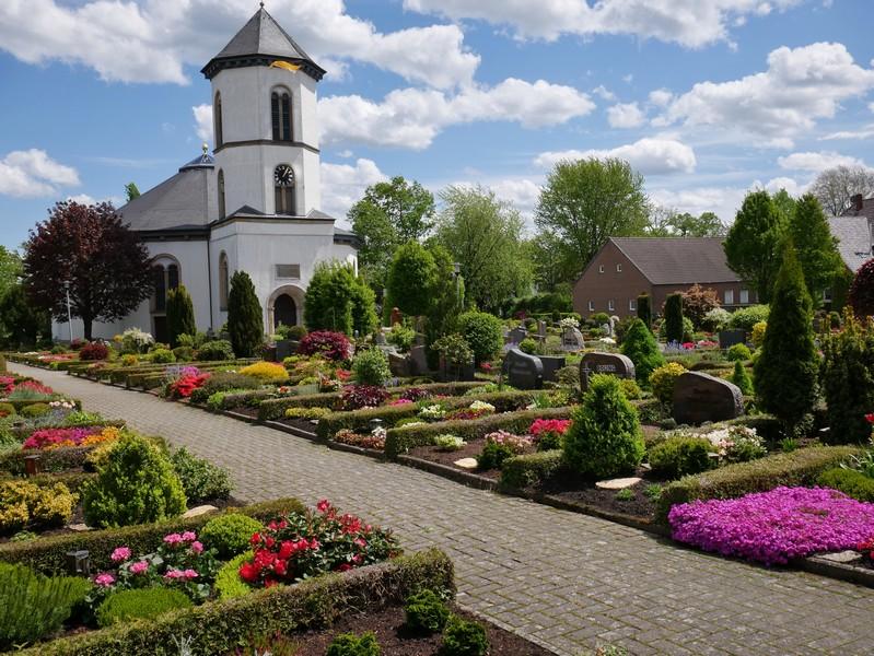 Über den Friedhof und vorbei an der pittoresken Kirche führt uns der Weg.