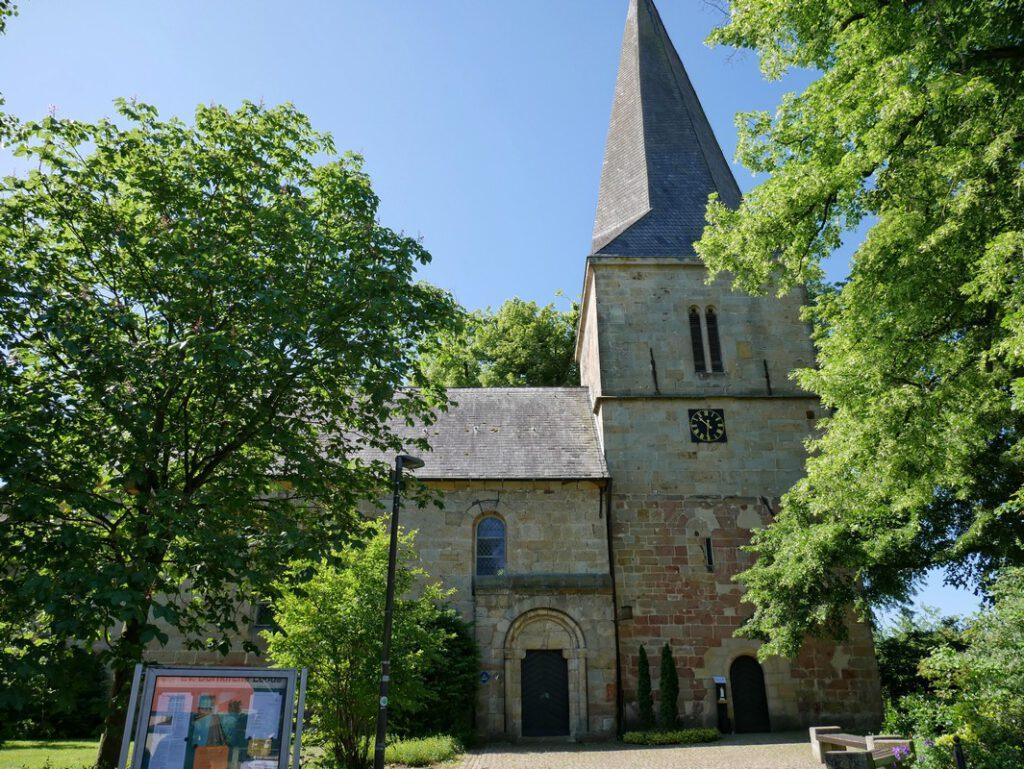 Schmucker Sandsteinbau: die evangelische Kirche in Ledde erreichen wir über den Gießkannenweg schon nach wenigen Metern.