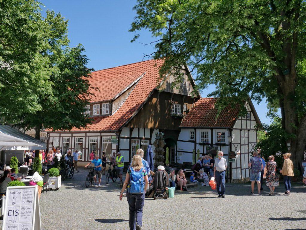 Kaffee, Kuchen, Eis - und jede Menge Ausflügler. Tecklenburgs Altstadt zieht eben nicht nur uns an!
